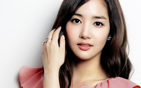 Park Min Young Shares a Glamorous Selca from Macau