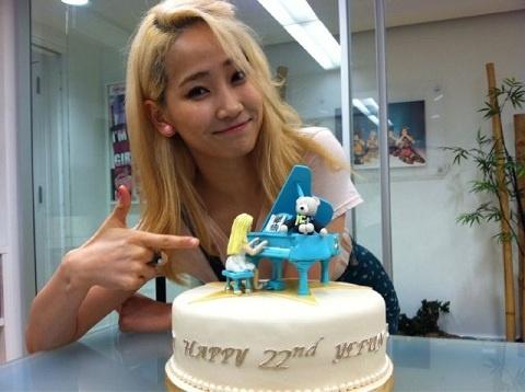 Wonder Girls' Yenny Beams with Her Birthday Cake