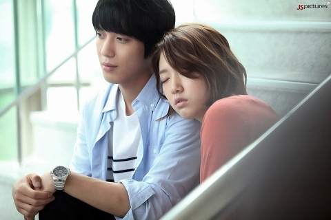 """Heartstrings"" Teases with Jung Yong Hwa's Tender Gaze!"