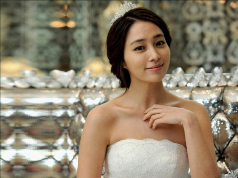 Lee Min Jung's Past Photos Have Fans Questioning
