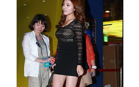 "Jung Si Ah's Stunning Attire Catches Attention at VIP Premiere for ""Champ"""