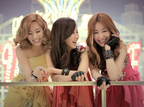 Girls' Generation Seohyun Saves Tiffany from an UH-OH Moment!
