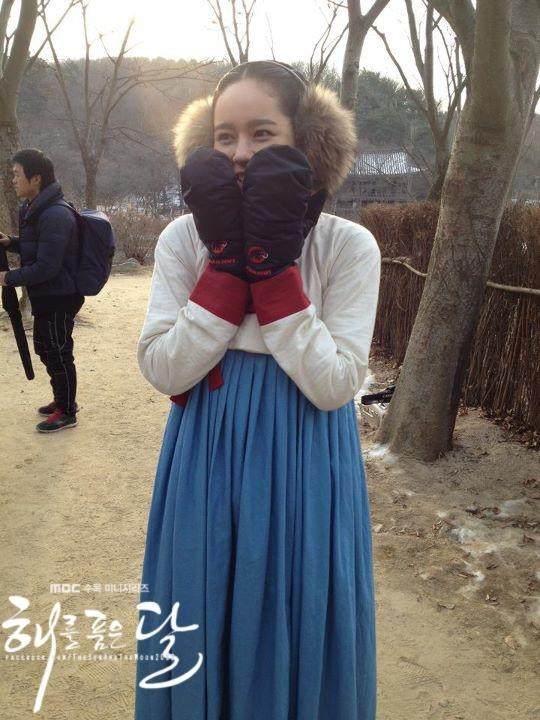 "Han Ga In Gives Gifts to Staff on Set for ""The Moon That Embraces the Sun"""