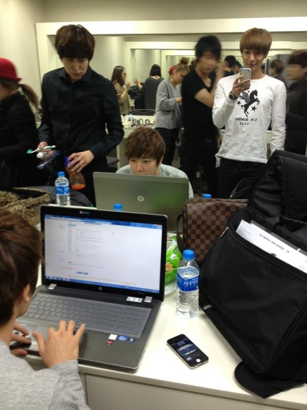 Lee Teuk Reveals Backstage Photo of Super Junior in Dressing Room