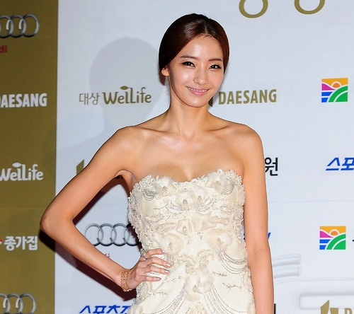Han Chae Young Wows Chinese Fans at Awards Ceremony with Her Fashion