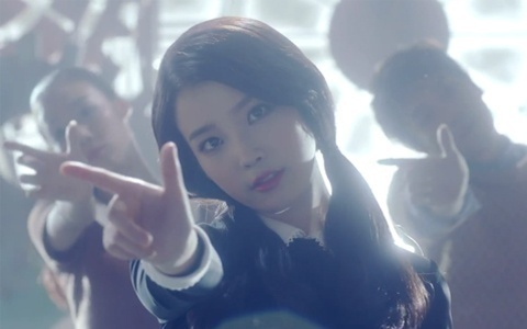 """IU Tells Hidden Meaning Behind """"You and I"""" and Shows Buffer Dance Move"""