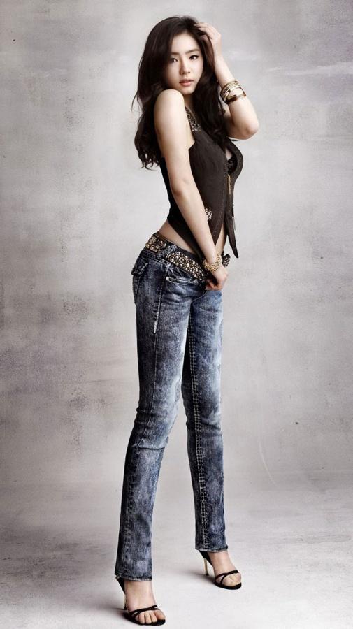 """Shin Se Kyung's """"Vogue"""" Photo Shoot Captures Male Fans"""