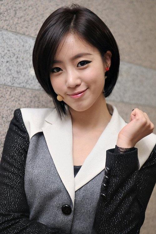 T-ara's Eunjung Promises to Watch Lee Jang Woo's Musical Despite Injury