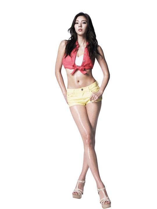 "Son Dam Bi Readies Her Sexy Bikini Body for ""Ocean World"""