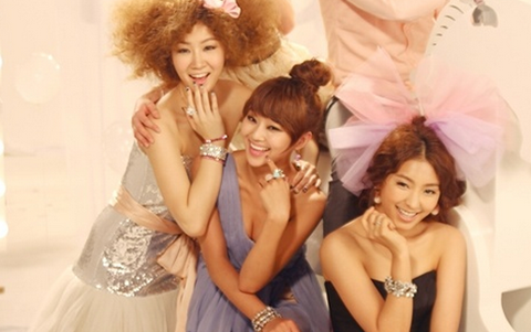SISTAR and Jung Il Woo Pose for Holika Holika Cosmetics