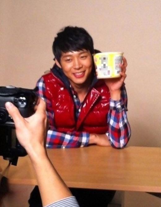 JYJ's Yoochun's Face is Smaller Than a Ramen Cup?
