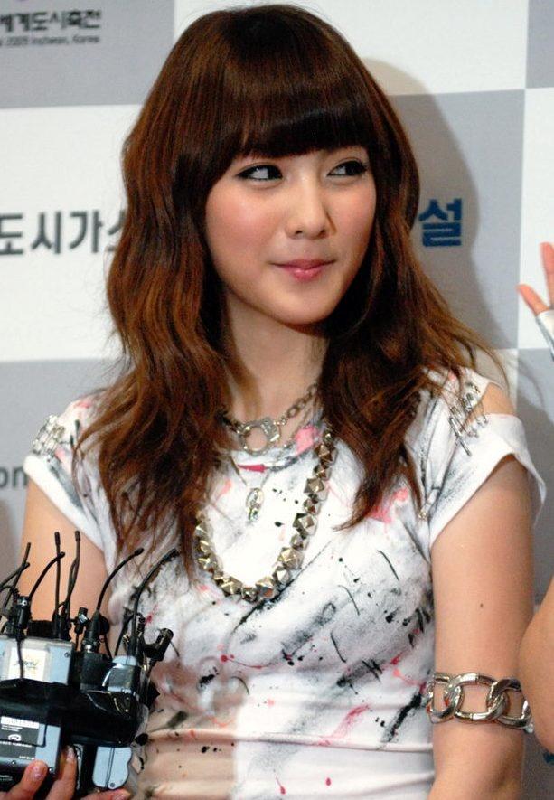 Kara Kang Ji Young's Black and Gold Nail Art