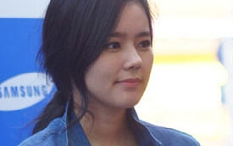 Han Ga In Holds an Autograph Event