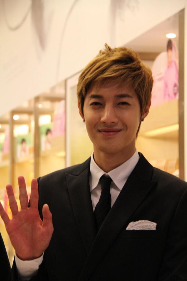 Kim Hyun Joong Visits THEFACESHOP Stores in Malaysia