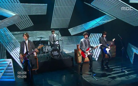 """CNBlue Performs """"Hey You"""" on Music Core"""