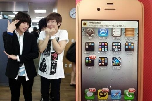 Super Junior's Heechul Takes Proof Shot of Leeteuk's Phone After He Gave Away His Phone Number