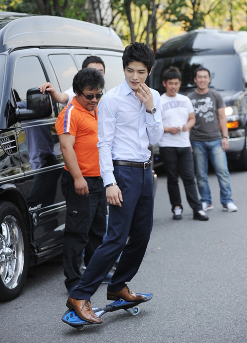 """JYJ's Jaejoong Impresses SBS """"Protect The Boss"""" Crew with S-Boarding Skills"""