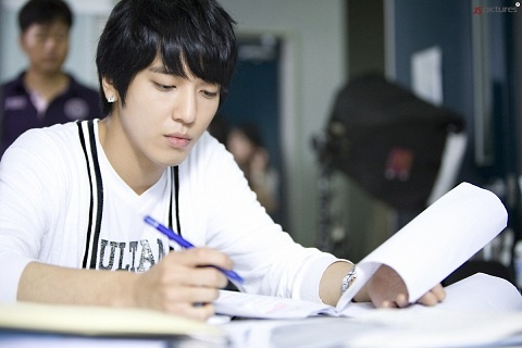"Photos of Jung Yong Hwa Behind the Scenes at ""Heartstrings"""