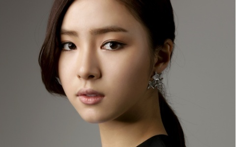 "Shin Se Kyung's Adorable ""Light Up"" Commercial"