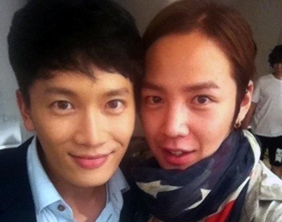"Ji Sung Surprises Jang Geun Suk with Food Truck on ""Love Rain"" Filming Set"