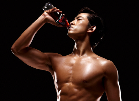 2PM Taecyeon Shows Off Charisma and Abs in New CF