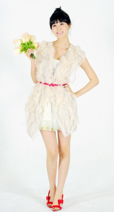 Lee Da Hye Shows Off Her Slender Bodyline