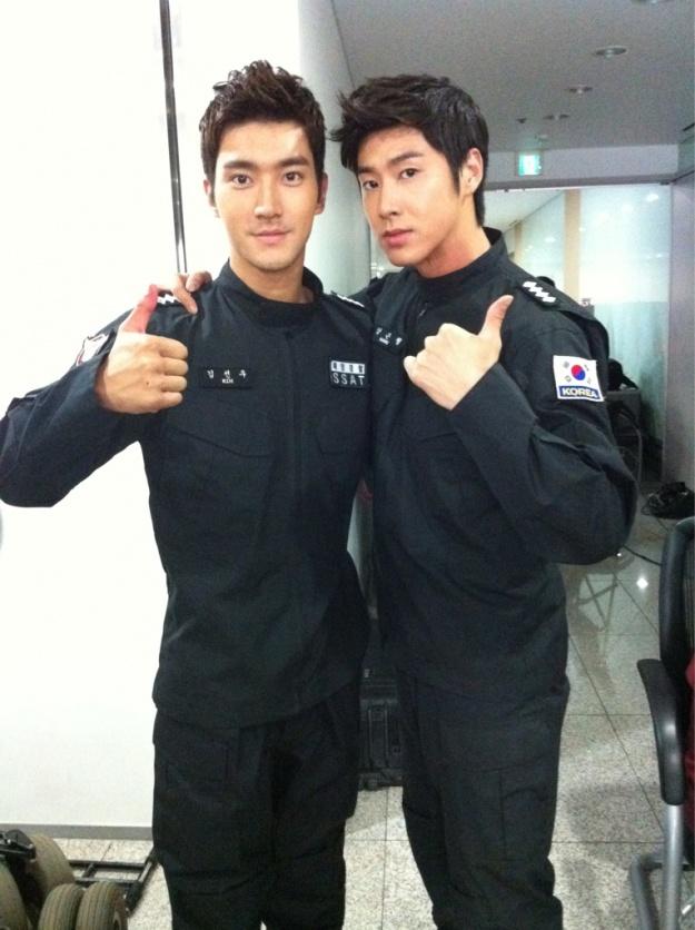 Choi Siwon and Yunho Take a Photo Together