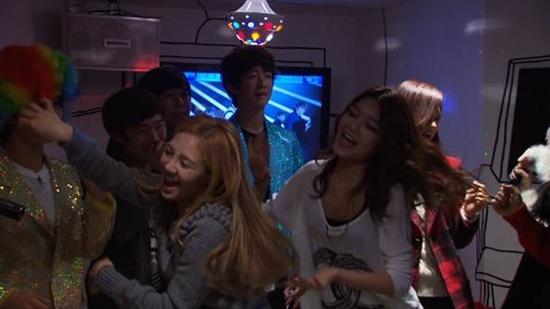 SNSD Parties it Up at a Karaoke