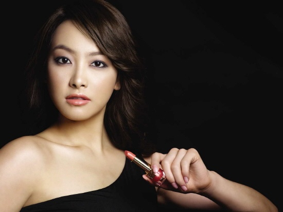 f(x)'s Victoria as Estee Lauder's Lipstick Model