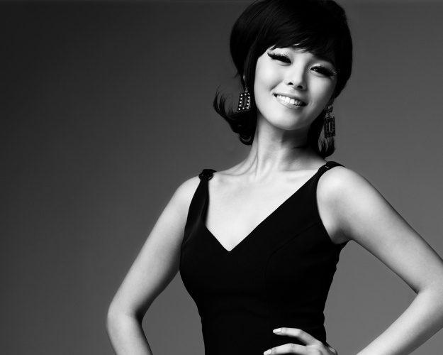 "Sunye's ""Fold Greeting"" Shows Her Politeness"