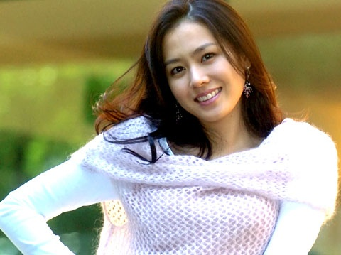 Son Ye Jin Posts Selca Pictures With a Stuffed Animal