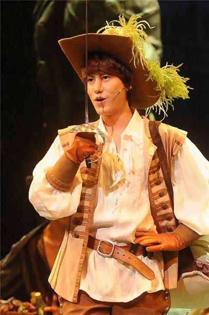 Cho Kyuhyun ketika menampilkan drama musikal The Three Musketeers