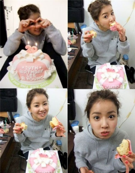 Lee Si Young Gets Birthday Cake From A Fan