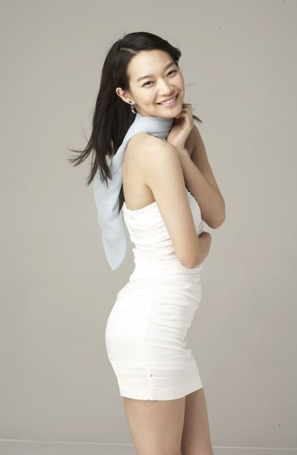 Shin Min Ah Attracts Attention with Her Beautiful Legs