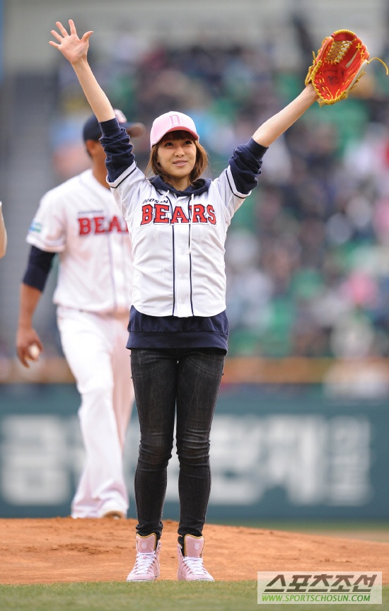 Doosan Bears Baseball (April 18, 2010) [f(x) Victoria]