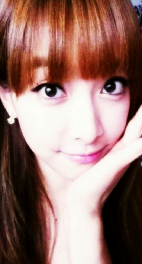 f(x)'s Victoria Shares her Doll-Like Selca