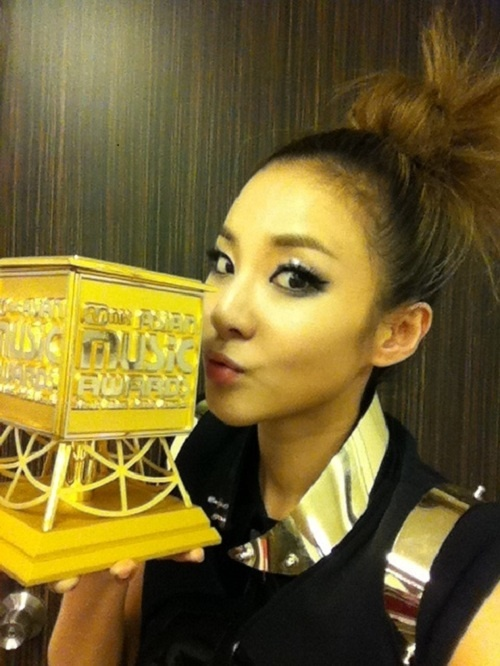 [Tweets] Bom's New Account, Dara Kisses MAMA Trophy, miss A's Min Injures Her Neck