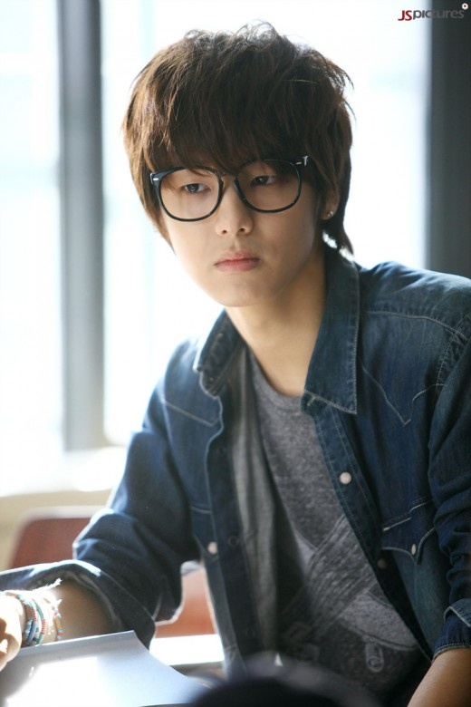 """Romantic Poet"" Kang Min Hyuk in ""Heartstrings"""
