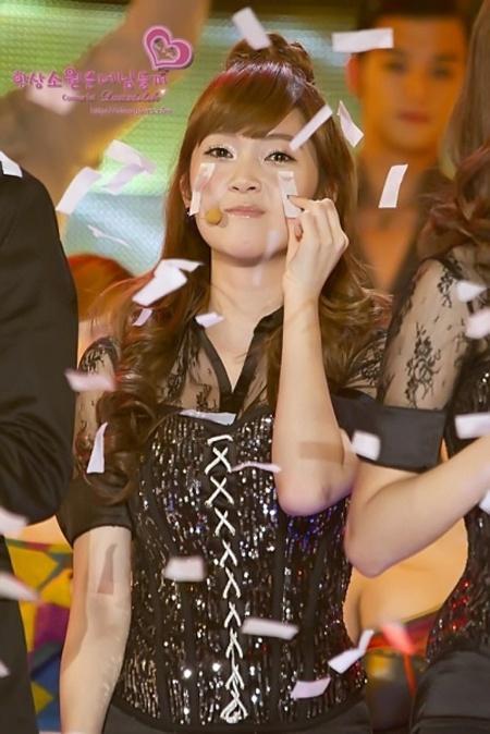 SNSD's Jessica Sheds Paper Tears?