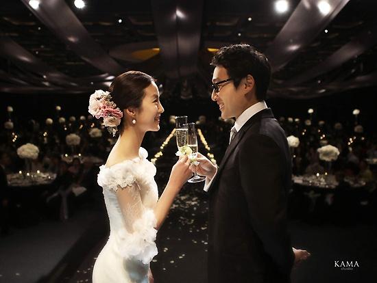 Comedian Lee Hwi Jae Marries Florist Moon Jeong Won
