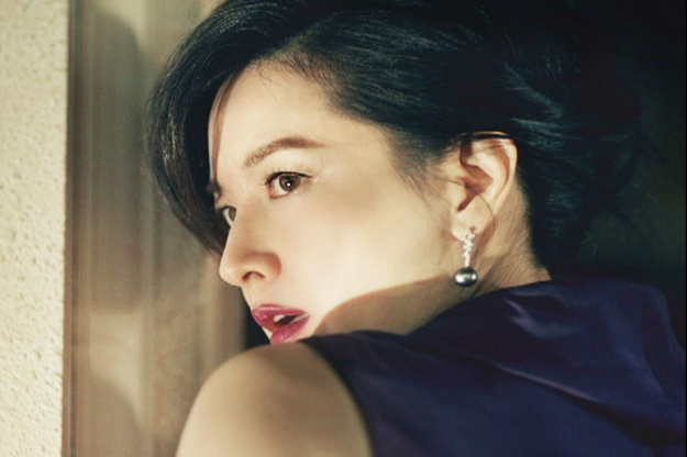 Lee Young Ae Turns Into Femme Fatale for KT Olleh