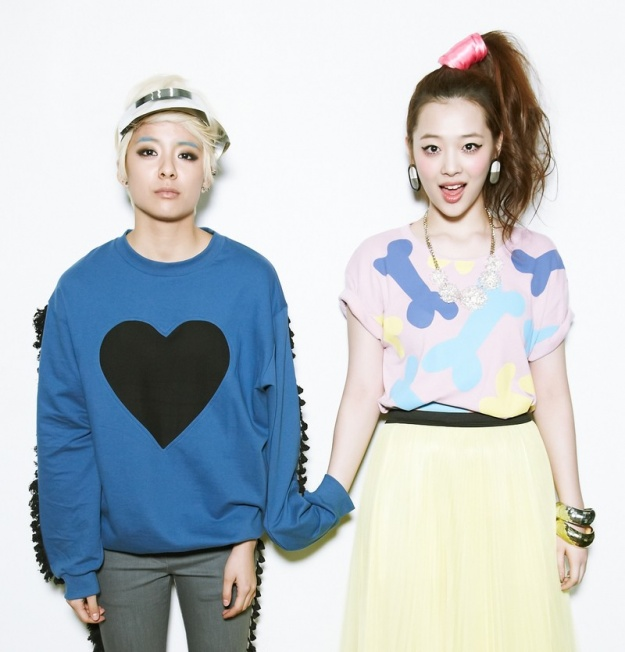 """f(x)'s Amber and Sulli Rock the """"Bboing Bboing""""' Pose"""