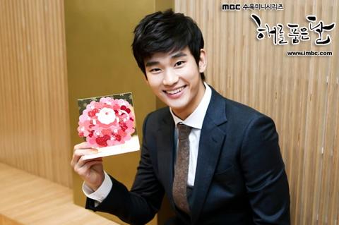Kim Soo Hyun's Past Photo Surprises Fans