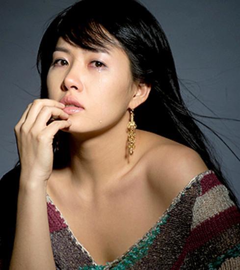 Kim Sun Ah Shows Off an Award