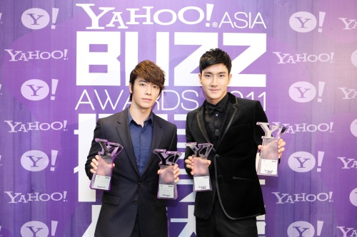 """Super Junior Takes Home Four Trophies at the """"Yahoo! Asia Buzz Awards"""""""