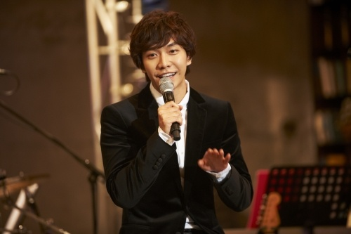 "Lee Seung Gi Releases First Episode of ""5-minute Music Broadcasts"""