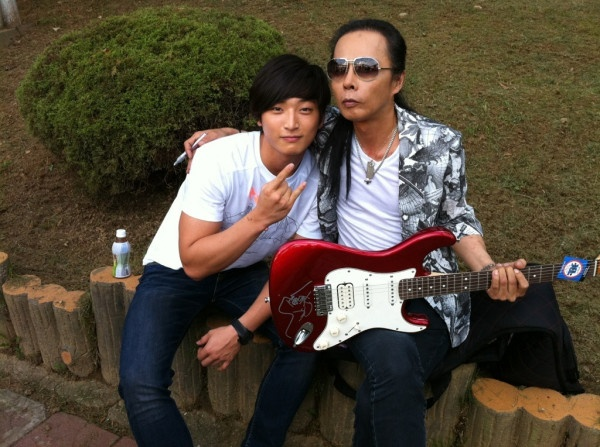 """2AM's Jinwoon Meets Rock Band Boohwal in """"Jinwoon's Diary #2"""""""