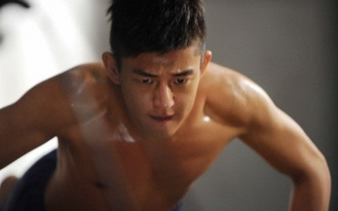 """Yoo Ah In Takes His Shirt Off for """"Fashion King"""" Every Episode!"""