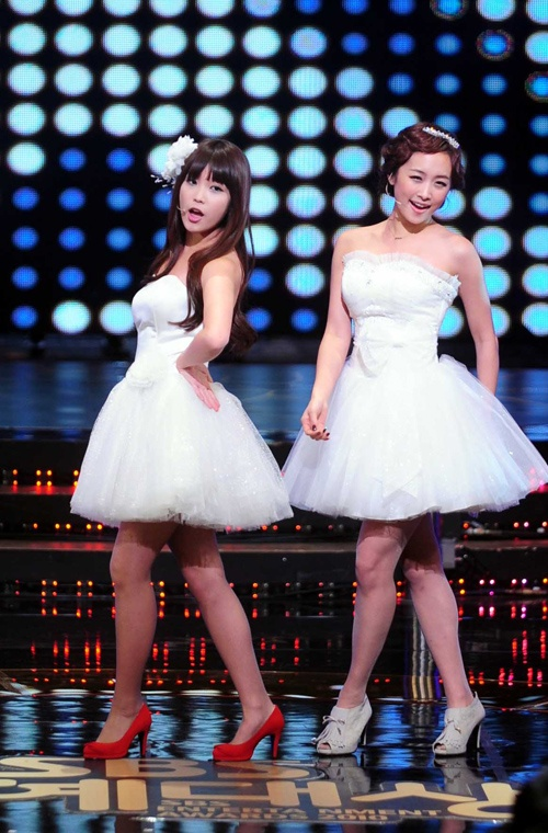 IU, Nicole, and Gahee Perform at SBS Entertainment Awards