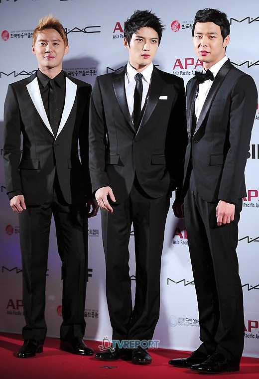 """JYJ Receives """"""""Best Idol Star"""" Award and Herbal Medicine from KBS"""